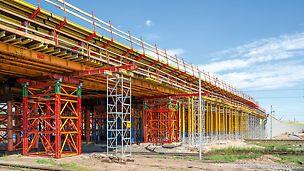 Bramka przejezdna nad czynnymi torami kolejowymi wykonana przy pomocy wież wysokonośnych VST i dźwigarów stalowych HEB 400