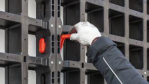 Der DUO Verbinder wird durch die Rahmenöffnungen geführt und dann um 90 ° gedreht. Dazu ist kein Werkzeug notwendig.