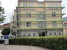die eingerüstete Nordfassade des Gebäudes.