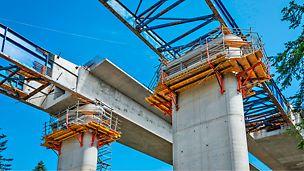 Systemowe pomosty robocze pozwalające na bezpieczną budowę mostu metodą nasuwania podłużnego. Fot. Wojciech Dziedzic