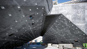 Das V&A Museum, Dundee, Vereinigtes Königreich: Wand 18; eine der am meisten verwundenen Wände der Konstruktion, verbindet sich mit den relativ geradlinigen Tunnelwänden 17 und 2. Die Wandbefestigungen aus Metall dienen der Aufhängung der vorgefertigten Einheiten.