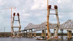 Zwei 175 m hohe Pylone im Abstand von 472 m nehmen die Lasten der Schrägseilkonstruktion dieser Brücke auf, die den Cooper River überspannt.