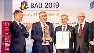 PERI DUO hat den BAKA Preis für Produktinnovation 2019 gewonnen. Gunther Adler, Staatssekretär im Bundesministerium des Innern, für Bau und Heimat überreichte den 1. Preis am Eröffnungstag der BAU 2019 in München. Die besondere Auszeichnung nahmen Bernhard Überle und Helmut Sterflinger von PERI Deutschland entgegen.