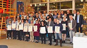 Gruppenbild der Mitarbeiter auf der Jubilarfeier, die bei PERI in Weißenhorn arbeiten und dem Familienunternehmen schon seit bis zu 35 Jahre die Treue halten.