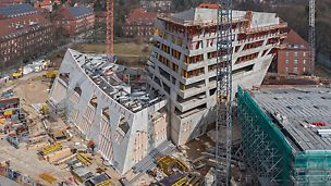 Rohbau des Zentralgebäudes der Leuphana Universität in Lüneburg mit PERI Gerüstlösung aus der Vogelperspektive.