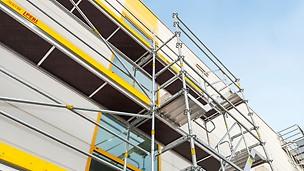 Durch den integrierten Gerüstknoten am PERI UP Easy Rahmen lassen sich Riegel, Auflagen und Konsolen direkt anschließen. Damit lassen sich z. B. auch außenliegende Treppenläufe einfach montieren; diese sorgen für einen bequemen und sicheren Zugang zu allen Bereichen.