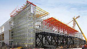 Sportarena Lora, Split, Kroatien - Die PERI Lösung ist gleichermaßen Traggerüst und Montageplattform, auf der sich die gewaltigen Stahlfachwerkträger der Dachkonstruktion auflegen, montieren und verschieben lassen.