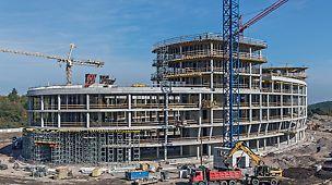 Administrativní centrum Aviatica, Praha Budova se 3 - 4 nadzemními podlažími a dvěma čtyřpodlažními elipsovitými nástavbami.
