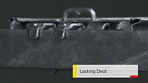 Zintegrowany zaczep podestu obejmuje prostokątny rygiel zabezpieczając podest przed przemieszczeniem.