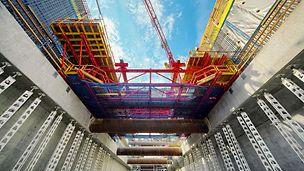 Stanice metra Capitol Hill, Seattle, USA - Systémy bednění a lešení PERI TRIO, VARIO GT 24, Opěrný rám SB, MULTIFLEX, MULTIPROP a PERI UP doplňují obsáhlé řešení projektu.