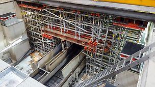Podperný systém s preklenutiami ponad dopravníkové pásy, tak aby nedošlo k prerušeniu výroby.