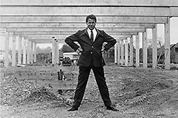 Artur Schwörer in 1969 in front of the shell construction of the first PERI production building in Weißenhorn