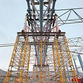 Stadion pro těžkou atletiku: Vysokopevnostní věže HD 200 zkombinované se systémem MULTIPROP tvořily 21,00 m vysokou podpěrnou věž pro odvedení zatížení 500 kN.