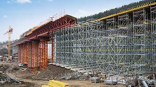 Dálniční mosty Brdjani, Čačak, Srbsko: Návrh PERI pro bednění obou mostů byl založen na pronajímatelných stavebnicových systémech se standardními konstrukčními díly.