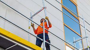 Das Geländer für die nächste Ebene wird mit dem Easy Rahmen bzw. Easy Stiel ohne Zusatzbauteile – wie z.B. wie ein Montageschutzgeländer (MSG) – von der unteren Gerüstlage aus montiert.