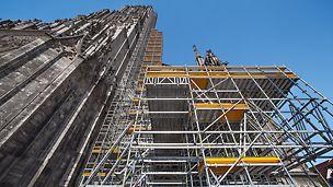 An der Fassade vom Ulmer Münster augestelltes PERI UP Gerüst.