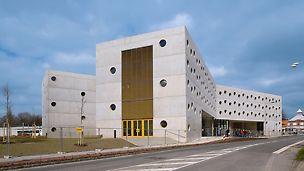Bibliothek Königgrätz, Tschechien - Im Grundriss X-förmig angelegt schafft das architektonische Konzept dieses Bauwerks ein neues Highlight in der städtebaulichen Entwicklung der Stadt Königgrätz. Ursprünglich sollten sämtliche Außenflächen einen orangefarbenen Fassadenanstrich erhalten. Dieses Konzept wurde wegen des hochwertigen Betonergebnis der Oberflächen gänzlich verworfen.