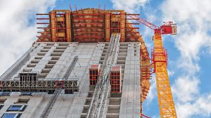 Blick von unten auf den Henninger Turm mit auskragender Arbeits- und Rüstungsplattform