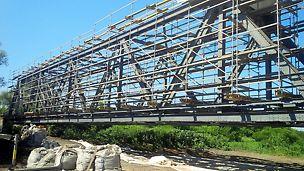 Pod km 3 + 724, CF 216, Ilia - Lugoj, la Dobra: Soluția PERI pentru renovarea podului - Schelă modulară PERI UP Rosett pe suport de grinzi de cofraj GT 24 în consolă.