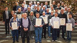Gruppenbild von den PERI Mitarbeitern auf der Jubilarfeier, von denen die 25- und 40-jährigen Betriebsjubilare eine Ehrenurkunde erhalten haben.