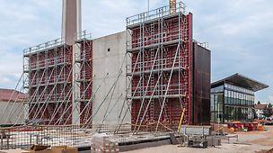 Das MAXIMO Bühnensystem MXP bietet dank seiner einzigartigen Konstruktion maximale Sicherheit für alle Schalarbeiten auf der Baustelle. Das System wird dabei einfach mit dem Kran an der liegenden Schalungseinheit vormontiert.