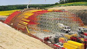 Zelený most u Žehuně: Podskružení s lešením PERI UP Rosett bylo navrženo a smontováno na základě typových zkoušek. Velmi krátká doba výstavby vyžadovala podepření celých 75 m najednou.