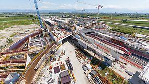 Der von Zaha Hadid geplante neue Bahnhof – eine Konstruktion aus Beton, Glas und Stahl in Form einer Brücke – ist durch vielfach geschwungene Formen geprägt. Verkehrsströme von Reisenden animierten die Architektin zu dieser Formgebung.