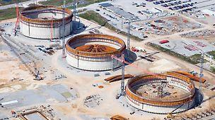Nádrže na zkapalněný plyn LNG: V americkém státě Louisiana byly současně realizovány pomocí PERI know-how tři ohromné kruhové nádrže. Každá o průměru 80 m s výškou stěn 44 m.
