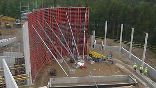 Pystyrakenteissa käytettiin yli 1000 m² TRIO-seinämuottia ja kymmeniä SRS-pilarimuotteja.