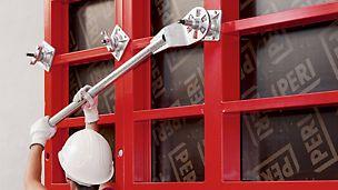 Der PERI Ankerschlüssel dient zum einfachen Anziehen und Lösen von Flügelmuttern und Mutterngelenkplatten.