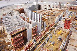 Flughafen Toulouse-Blagnac, Frankreich - Die halbkreisförmig platzierten Stahlbetonsäulen wurden ohne Anker in einem Guss über die gesamte Höhe von 11,75 m betoniert.