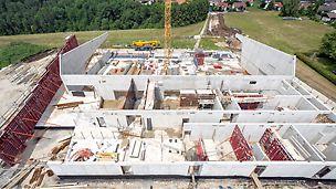 Sporthalle Sonnenbühl-Genkingen: Nach nur 6 Monaten Rohbauzeit soll die neue Dreifachhalle bereits ab Frühjahr 2013 für den Schulund Vereinssport zur Nutzung bereit stehen.