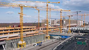 The Squaire, Frankfurt am Main, Germany - PERI UP scaffolding on the longitudinal sides of the building was designed according to the expected loads and carried the construction loads.