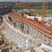 Katholisches Kirchenzentrum, Köln-Blumenberg, Deutschland - Sechs Meter lange Einheiten mit Rahmen aus U 120 Stahlriegeln wurden paarweise hochgesetzt, nachdem das Traggerüst aus ST 100 Stapeltürmen angepasst war.