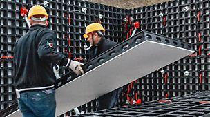 Po raz pierwszy zaprezentowaliśmy nasze nowe deskowanie na targach bauma 2016. DUO zapewnia uniwersalne zastosowanie do deskowania ścian, słupów oraz stropów za pomocą jednego systemu, bez użycia żurawia.