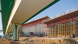 Traffic junction Siekierkowska roadway, Warsaw, Poland - For the superstructure formwork as well as the shoring construction consisting of the MULTIPROP system and ST 100 stacking towers, only system components were used.