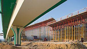 Verkehrsknoten Siekierkowska-Trasse, Warschau, Polen - Für die Überbauschalung sowie die Traggerüstkonstruktionen aus MULTIPROP System und ST 100 Stapelturm wurden ausschließlich Systemteile verwendet.