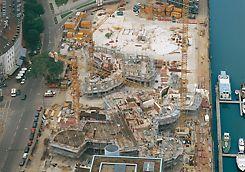 Nový Zollhof: 3 neobvyklé budovy nového komplexu Zollhof v Düsseldortu v různých etapách výstavby.