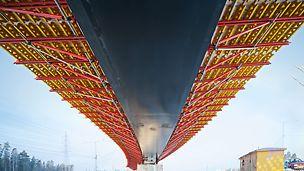 La console de porte-à-faux VARIOKIT est une solution de construction qui se prête très bien à la réalisation de porte-à-faux sur les ponts construits en associant l'acier et les éléments en béton semi-finis.