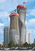 Absolute World, Missisauga, Kanada: jedan penjajući sistem – dvije metode penjanja: uz primjenu RCS penjajućeg zaštitnog zida oba izvinuta tornja kompleksa Absolute World spiralno se penju u pravilnom tjednom taktu.