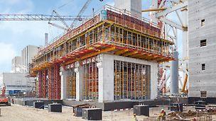 Das PERI Traggerüstkonzept zur Ableitung hoher Lasten basierte auf standardisierten Baukastensystemen: MULTIPROP, HD 200 und VARIOKIT. Mithilfe des PERI UP Modulgerüstsystems wird die erforderliche Zugangstechnik geschaffen.
