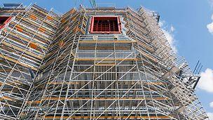 Steinkohlekraftwerk Eemshaven, Niederlande - Auch zur Montage und Dämmung von 8 trichterförmigen Eintrittskanälen bietet die PERI Gerüstkonstruktion ideale Arbeitsbedingungen.