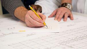 Das Baustellenpersonal bereitet den Einsatz der PERI Produkte anhand eines Montage- und Abbundplanes vor.