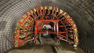 Zpřístupnění stanice metra Anděl, Praha: Bednění klenby tunelu vytvořené ze systémů VARIOKIT, GRV a nosníků GT 24.