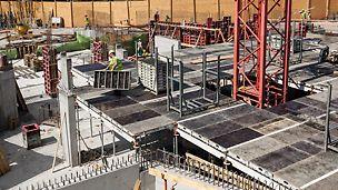 """Polyfunkční centrum """"U Dubu"""", Praha: Systém SKYDECK se montuje jednoduše a bezpečně. Panely spočívají na hřebenových lištách a jsou tak zajištěné proti posunutí. I neproškolení montéři se s jejich manipulací seznámí velmi rychle."""