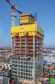 A 134 m magas lakóépület építése során a biztonság volt a legfontosabb. A PERI RCS P kúszó védőpalánk körülzárásként és leesés elleni védelemként is egyaránt szolgált. Az épület szintjeinek résmentes lezárása révén az építők mindvégig védve voltak az erős szél és az időjárási körülmények ellen, még nagy magasságok esetén is. (Fotó: PERI GmbH)