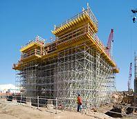 Albian Sands, Fort McMurray, Canada - Prin planificarea și furnizarea de cofraje si schele dintr-o singură sursă, cofrajul MULTIFLEX pentru planșee și eșafodajul PERI UP s-au putut îmbina perfect.