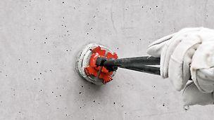 Den Betonkonus in den Abdruck stecken und mehrmals leicht drehen, damit sich der Dichtungskleber gleichmäßig verteilt.