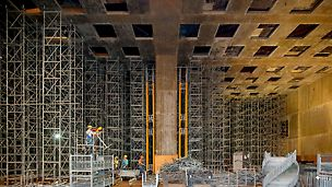 Hala Wystawy Stałej podczas rozdeskowywania stropu o pow. 1350 mkw. Podparcie wykonane w systemie wież ST 100 z użyciem ok. 11500 ram stosu.