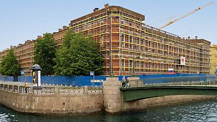 Леса PERI для фасадных работ с учетом геометрии и особенностей расположений здания